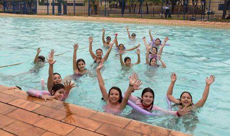 Práticas de Educação Física na piscina